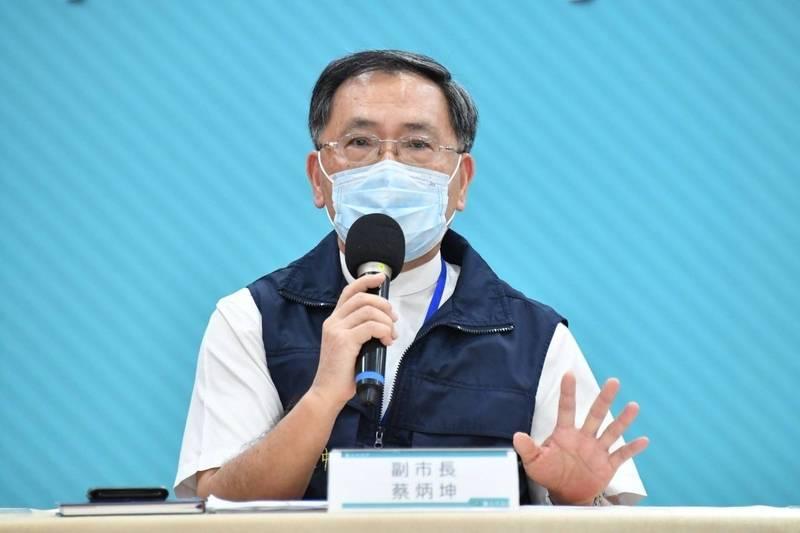 台北市副市長蔡炳坤說明,市府要學生自備隔板一事。(北市府提供)