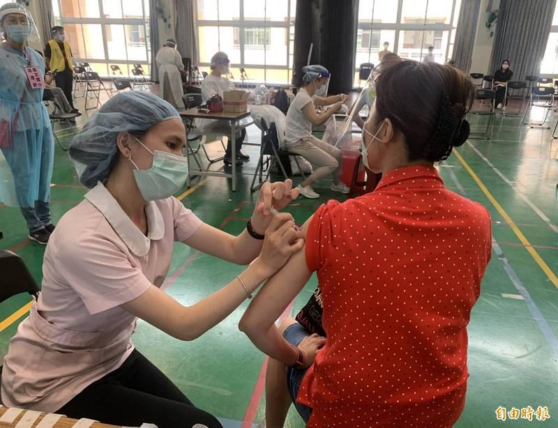 中市持續施打疫苗。(記者蔡淑媛攝)