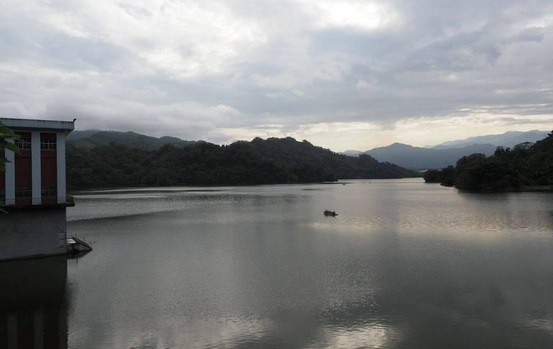 鯉魚潭水庫在相隔678天後,今天水位重現300公尺滿水位。(記者陳建志翻攝)