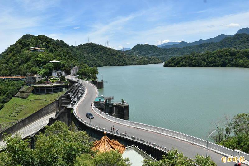 石門水庫幾近滿庫,28日起入園管制放寬,遊艇也恢復營業。(記者李容萍攝)