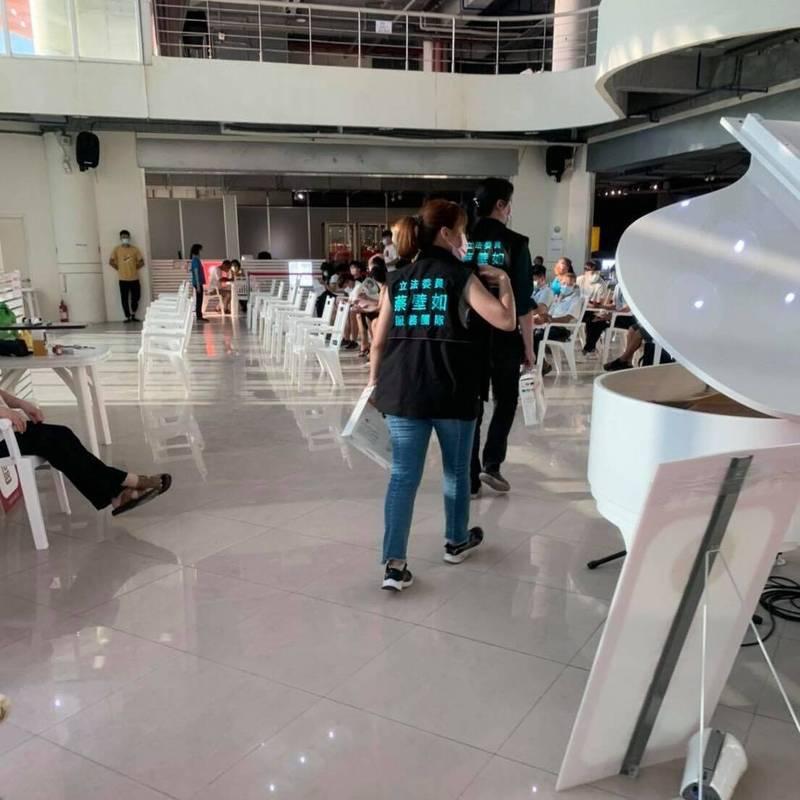 台灣民眾黨台南市議員參選人穿著參選背心,出現在台南黃金海岸方舟接種站發放扇子」。 (台灣基進台南黨部提供)