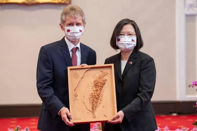 捷克參議院議長韋德齊去年訪台,接受蔡總統致贈木雕製作的「台灣3D立體地圖」。(法新社檔案照)