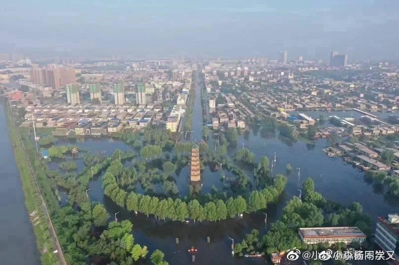 微博流傳這張衛輝成水鄉澤國的畫面。(圖翻攝自微博)