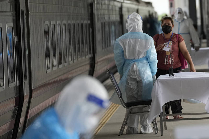 泰國政府今(27)日表示,由於首都曼谷(Bangkok)醫療資源不堪負荷,今日開始透過火車運送武漢肺炎(新型冠狀病毒病,COVID-19)確診者至他們的家鄉,繼續接受隔離和治療。(美聯社)