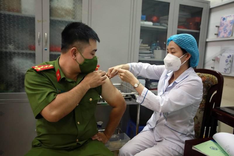 越南今天通報新增7911例武漢肺炎本土病例,連續5天單日新增確診逾7000例。圖為一名越南軍人接種武漢肺炎疫苗,官方統計已有39萬人完整接種兩劑疫苗。(歐新社)