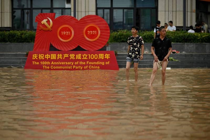 鄭州地鐵淹水,官方上週表示共12人罹難,不過在地鐵內又發現2名遇難者,官方宣布改為14人罹難。(法新社)