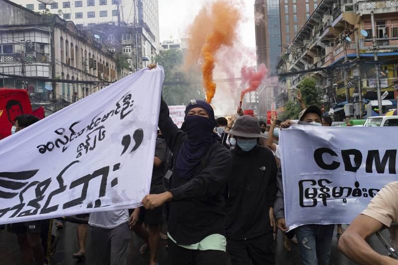 緬甸軍政府於今年2月初,以去年大選舞弊嚴重為由發動政變,軟禁領導人翁山蘇姬,同時建立選舉調查委員會,對2020年的大選進行調查。圖為反政變者在緬甸仰光抗議軍事政變。(美聯社)