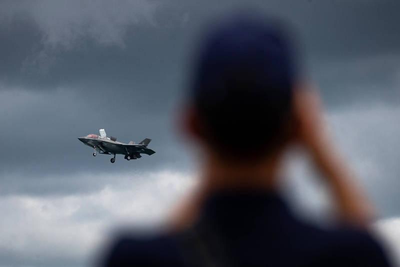 美軍2架駐紮在日本岩國海軍陸戰隊航空基地的第五代戰機F-35B,於13日遇上雷擊意外,預計維修費用超過250萬美元(約合新台幣7010萬元),因此該起事故被歸類為A級事故。突飛出事F-35B。(彭博)