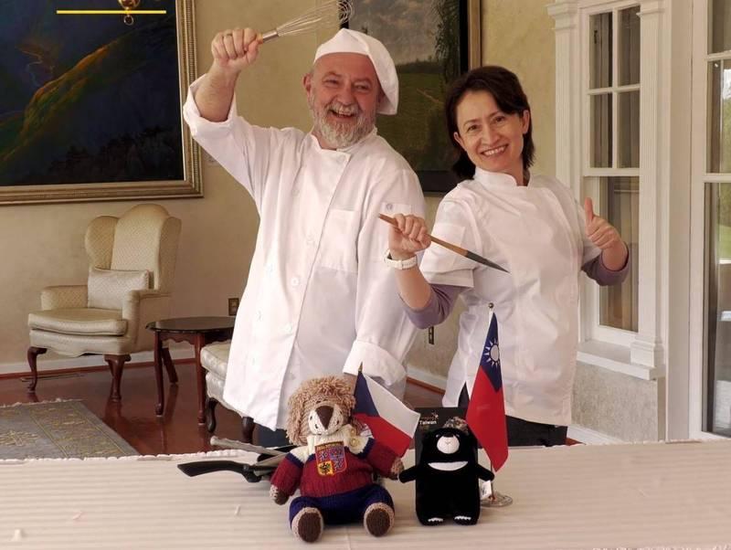我駐美代表蕭美琴也和捷克駐美大使柯蒙尼契克(Hynek Kmoníček)「以廚會友」,備料、烹調各自國家的國民美食並互相分享,讓雙方堅實友誼更加豐富。(翻攝自YouTube)