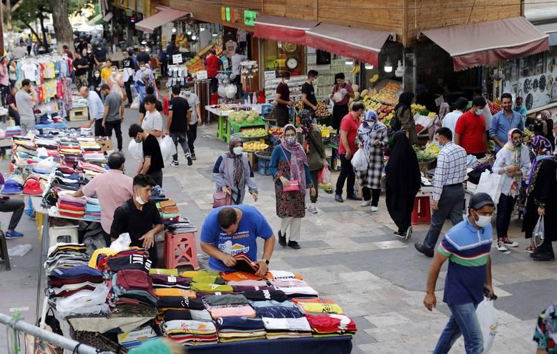德黑蘭已宣布封城,但商場及市場卻照常營業。(歐新社)