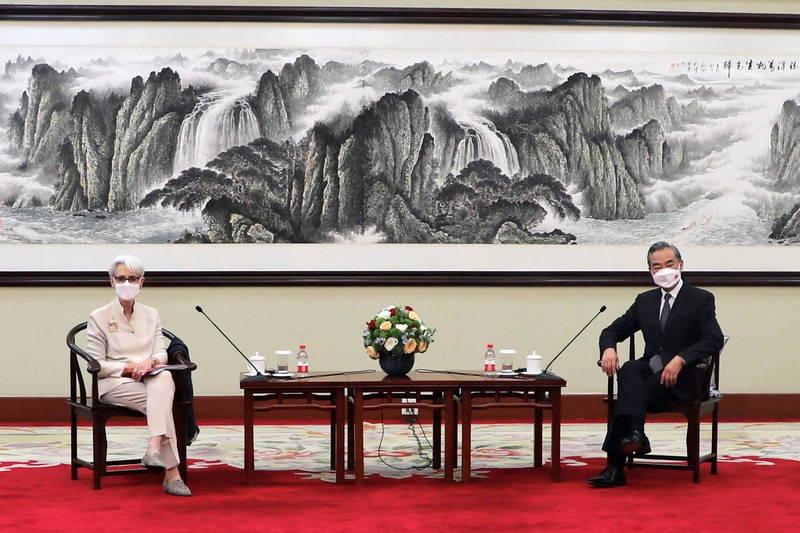 美國副國務卿雪蔓(Wendy Sherman)26日在中國天津與中國外交部長王毅進行會談。(路透)