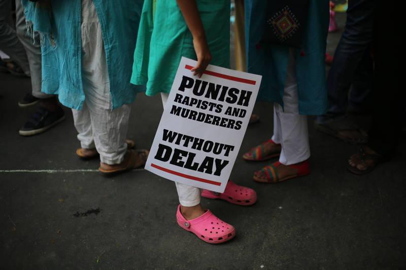 印度性侵案件頻傳,近日又傳出1名60歲婦女慘遭4名男子輪姦。圖為印度反性暴力運動標語。(美聯社)