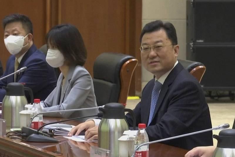 中國外交部副部長謝鋒在中國天津市天津濱海一號酒店與來訪的美國官員會談前抬頭一望。謝鋒在會中以「戰狼」姿態重砲批美,言詞之辛辣比起今年3月的美中阿拉斯加高層會談,堪稱有過之而無不及。(美聯社)