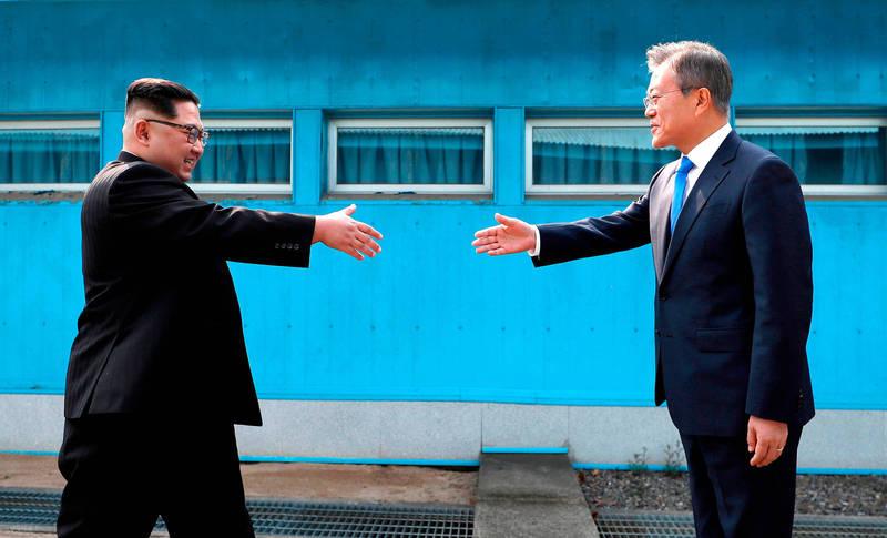 青瓦台表示,南韓總統文在寅(右)與北韓最高領導人金正恩(左)自今年4月起頻繁互致親筆信,針對改善兩韓關係一事進行溝通。(美聯社)
