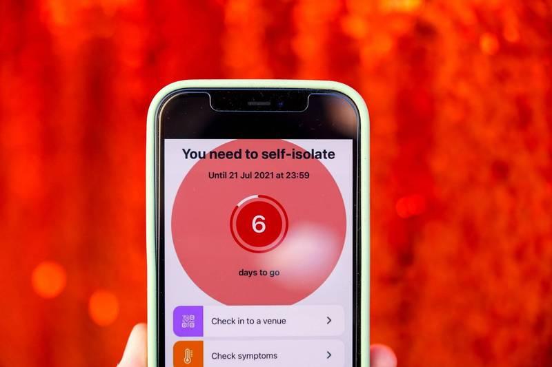 英國目前約有2600萬人下載了1個可追蹤武漢肺炎的手機APP「NHS Covid-19」。(彭博)