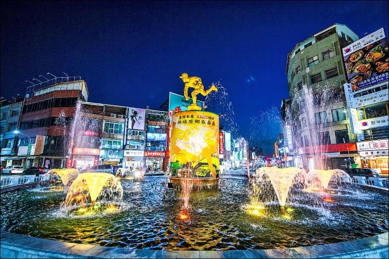 嘉義市中央噴水池恢復噴水,還有七彩燈光變幻。(嘉義市政府提供)