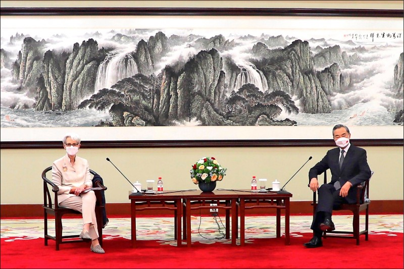 美國副國務卿雪蔓(左)與中國外交部長王毅廿六日在天津舉行會談。(美聯社)