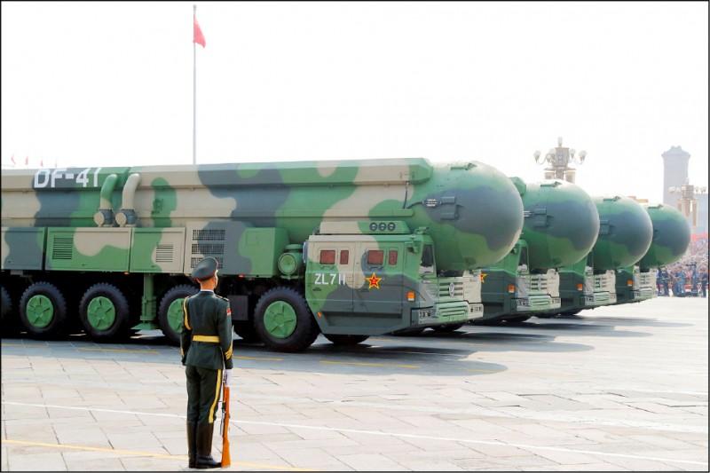 紐約時報二十六日報導,近期衛星空照圖發現,中國西部新疆沙漠地帶發現第二批疑似新建飛彈發射井,高達一百一十座;與七月初在甘肅玉門發現一批疑似發射井加起來,總數量達到二三〇座。圖為中國2019年在北京公開展示「東風四十一型」洲際彈道飛彈。(路透檔案照)