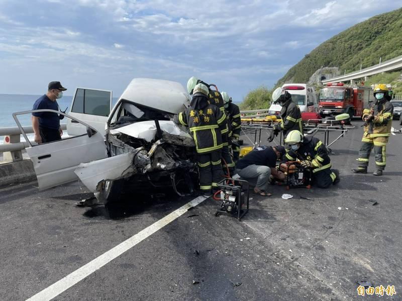 白色廂型車衝撞對向大貨車,車頭全毀。(記者陳賢義攝)