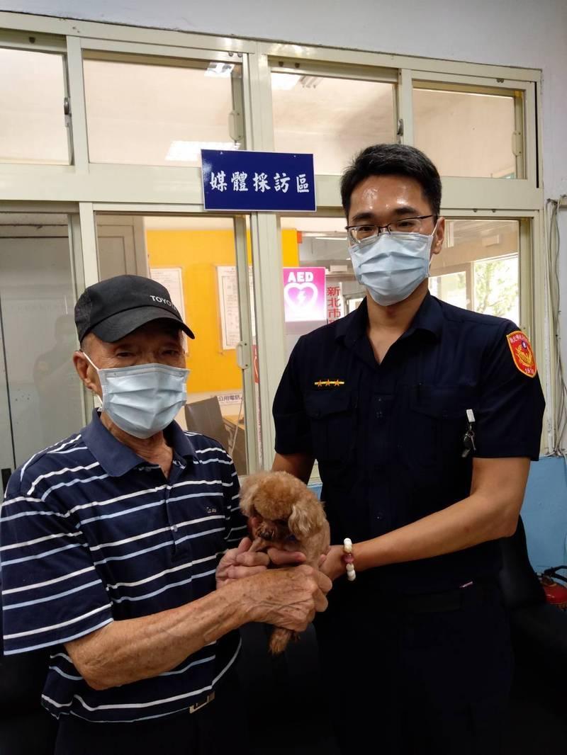 貢寮分駐所警員成功幫林姓民眾找回愛犬咖啡(記者吳昇儒翻攝)