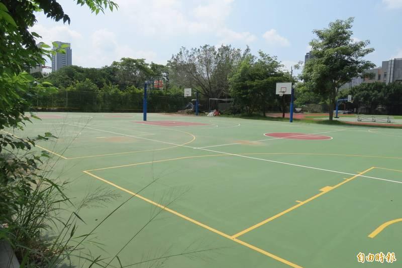 中市尚未開放校園打籃球,引起一些年輕人不滿。(記者蘇金鳳攝)
