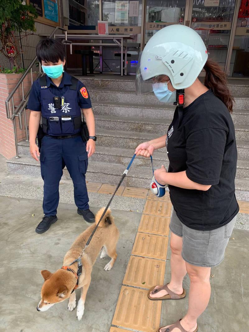 警方通知張姓女飼主前來帶回愛犬。(記者許國楨翻攝)