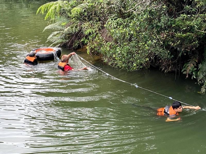 北觀處會同專業人員捕抓外來種魚虎。(北觀處提供)