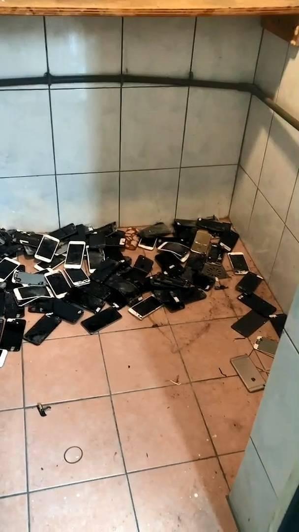 警方發現被試圖銷毀的一堆手機。(記者徐聖倫翻攝)