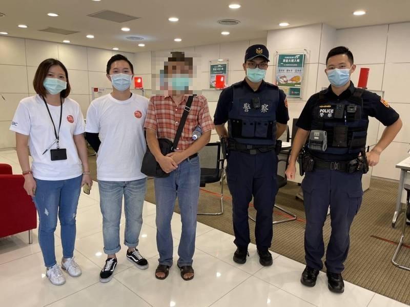 警方替楊姓男子(中)揭開詐騙集團的圈套。(記者王冠仁翻攝)