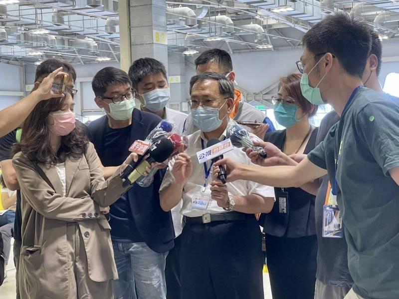 台北市副市長蔡炳坤上午前往花博爭豔館視察教職員施打疫苗。(圖由北市府提供)
