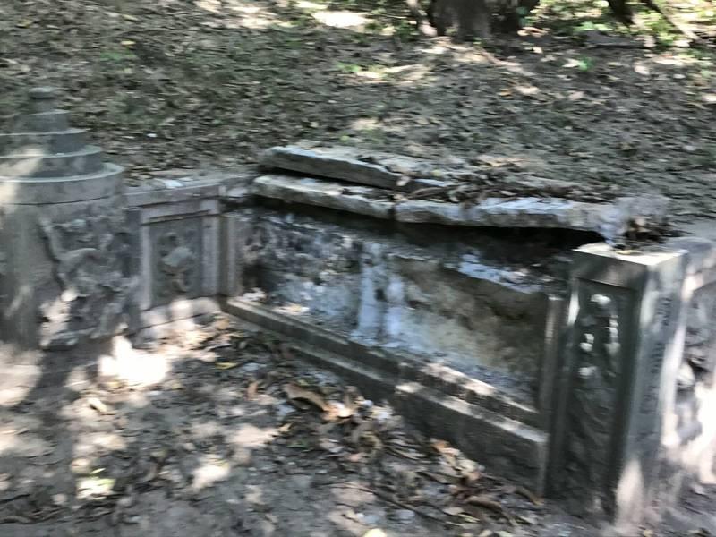 黃禮永古墓的墓手石雕整片被撬走。(檔案照片,黃家後代提供)