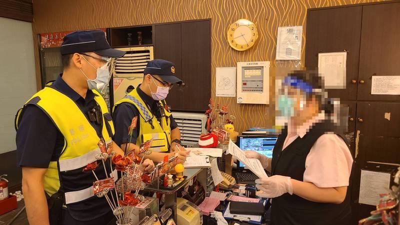 大雅警分局昨深夜加強稽查轄區按摩業等是否遵守防疫規範。(記者歐素美翻攝)