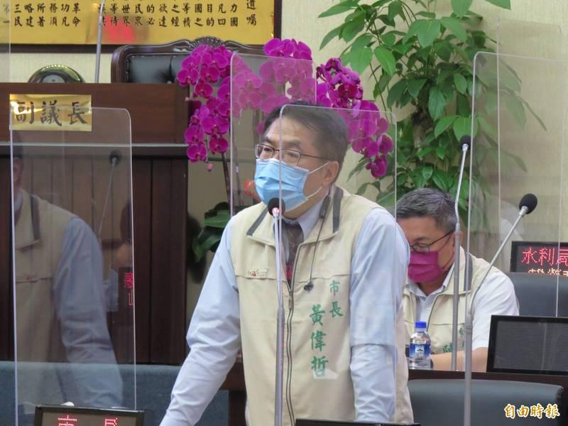 黃偉哲說,台南市確診數為六都最少,連續零確診的天數也最久,把市民健康守護好,相信世間自有公理。(記者蔡文居攝)
