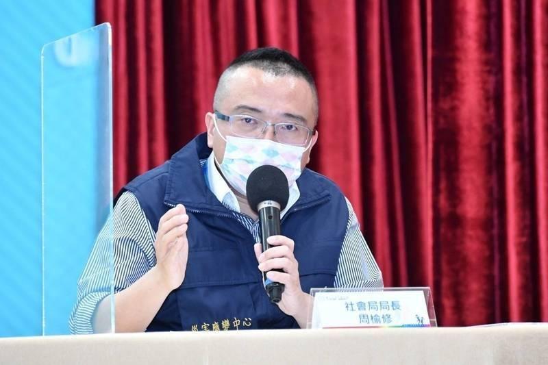 台北市社會局長周榆修在防疫記者會上說明士林區長照機構爆群聚感染的事件。(北市府提供)