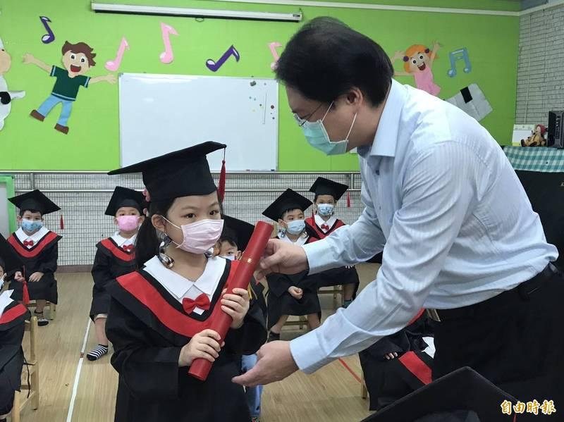 基隆市若石幼兒園補辦畢業典禮,市長林右昌(右)頒發畢業證書。(記者盧賢秀攝)