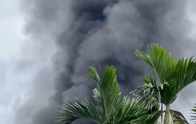 屏東長治鄉繁華村一間甲苯工廠倉庫今天下午失火,濃煙衝天。(民眾提供)