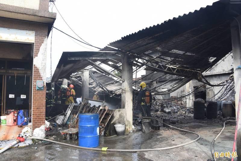 甲苯工廠倉庫燒毀倒塌。(記者葉永騫攝)