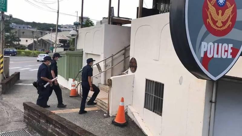 警方將吳男揮舞的武士刀帶回,準備送往警局檢驗是否為管制刀械。(記者吳昇儒翻攝)