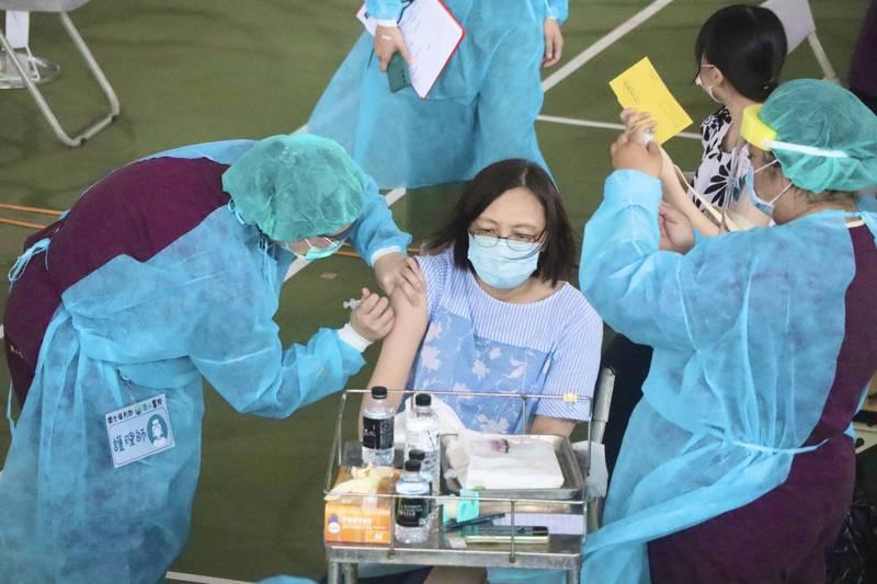 高雄市國中、高中與補教人員今明2天在7處地點施打疫苗。(高雄市教育局提供)