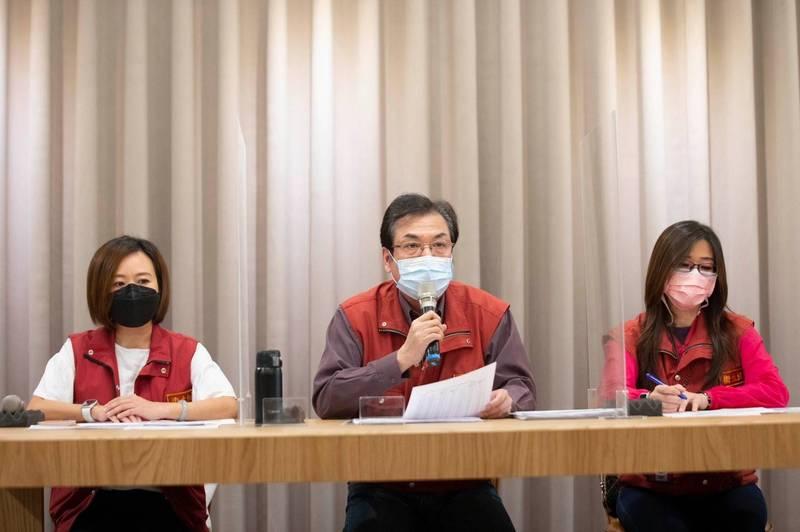 新北市府估計第4輪有7.1萬名符合資格者打不到疫苗,副市長劉和然(中)表示,已經向中央反映,希望中央提供補救方式。 (新北市政府提供)