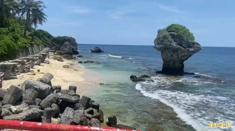 小琉球的沙灘雖開放,但仍禁浮潛,因此花瓶岩無法見到往常的浮潛遊客潮。(記者陳彥廷攝)