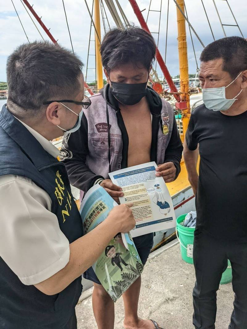 移民署南區事務大隊高市第二服務站前往彌陀區漁會,對外籍漁工進行防疫宣導,外籍漁工希望能接種疫苗。(移民署高市第二服務站提供)