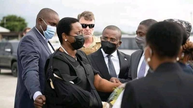 海地總統摩依士遇刺身亡,夫人瑪婷7月17日返回海地參加丈夫的葬禮,身穿防彈背心避免意外發生。(路透)