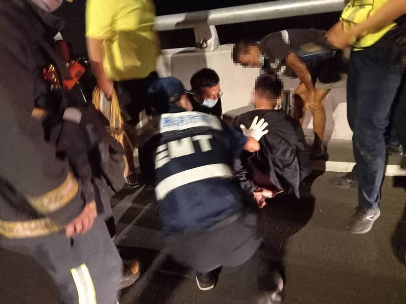 年輕男子夜間坐在六腳鄉蒜頭大橋護欄外,警消及義消合力救下。(民眾提供)