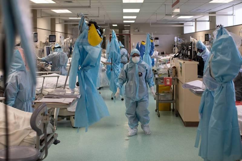 武漢肺炎變種病毒株Delta在全球造成疫情進一步擴散,美國疾病管制暨預防中心(CDC)為此修訂戴口罩指引,要求完成接種疫苗的人士,在室內場所仍應配戴口罩。圖為美國醫護人員,示意圖。(彭博)