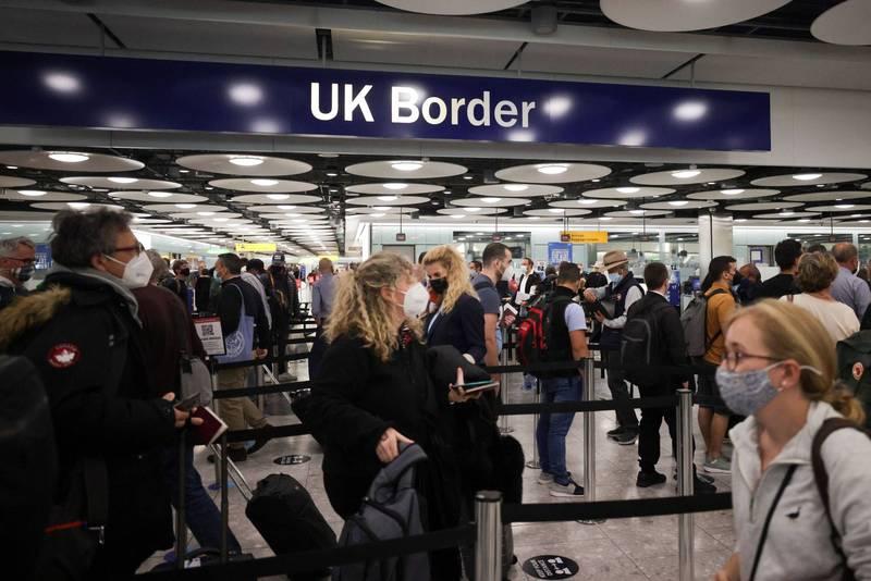 英國旅客在倫敦機場入境情形。(路透)