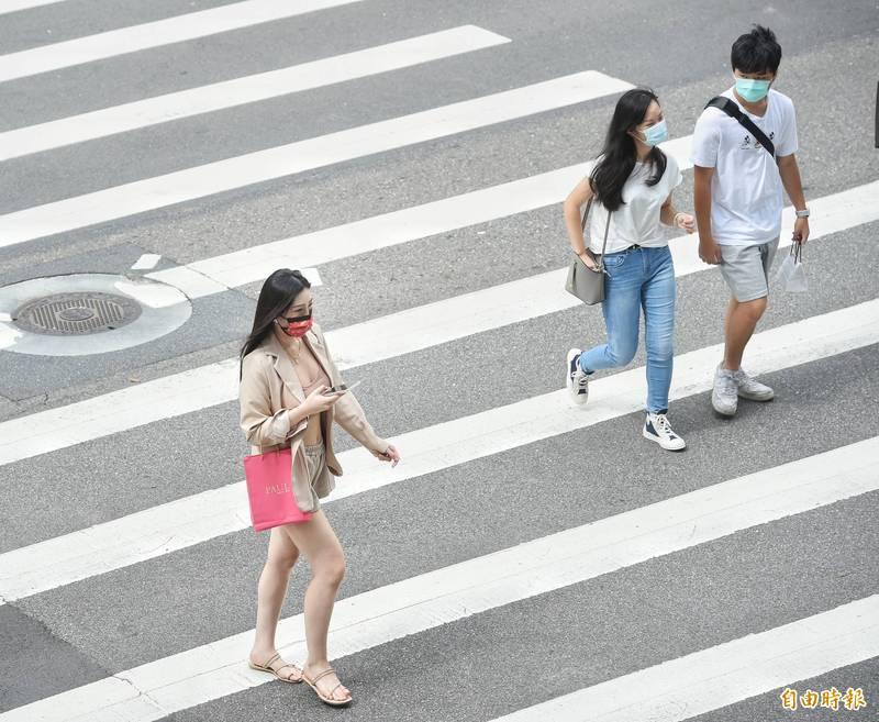 明天(29日)仍是高溫炎熱,提醒指考考生、外出民眾做好防曬及多喝水。(資料照)
