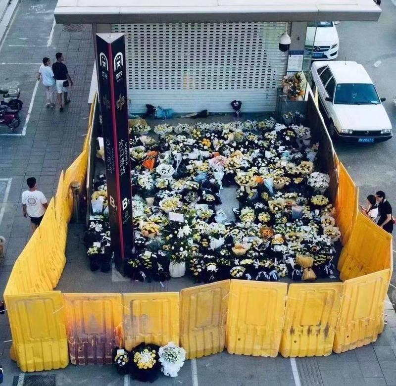 不少民眾在鄭州地鐵罹難,但中國官方卻阻擋獻花悼念,不僅拉起圍欄擋住民眾放在地上的鮮花,有民眾還因拆除圍欄被警察帶走。(圖擷自微博)