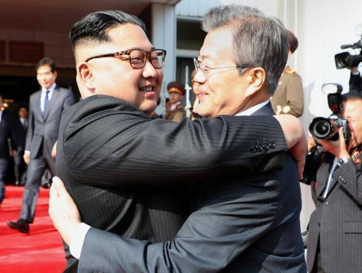 文在寅(右)、金正恩(左)於2018年曾多次會面。(歐新社)