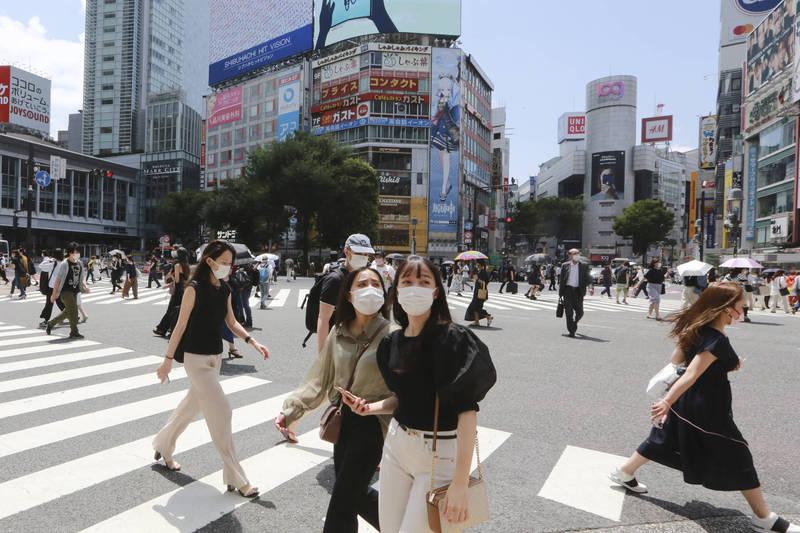 東京都與冲繩縣實施緊急事態宣言;首都圈3縣與大阪府實施前一階段的「防止蔓延等重點措施」,因疫情嚴峻,日本中央政府正研擬30日將首都圈3縣納入緊急事態宣言對象地區。圖為東京街景。(美聯社)